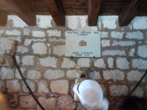 Це найстаріший християнський хрест, знайдений в Боко-Которскій затоці. Датується IV століттям (300-ті)