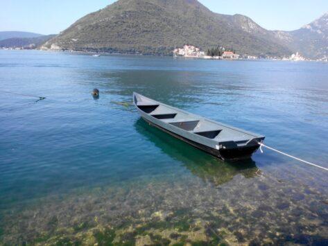 Вода в Перасті дивно прозора. А вольготно плаваюча в ній величезна риба змушує голодних туристів на зразок нас пускати слину.