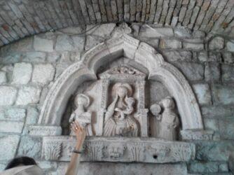 Прямо під аркою входу можна побачити ось такі християнські барельєфи