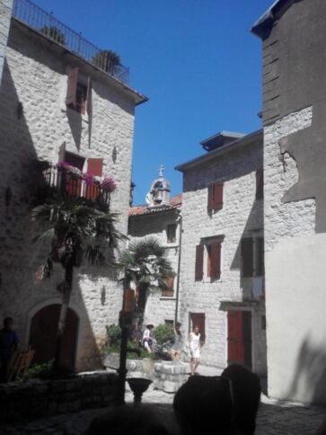 У Которі, як і в будь-якому середньовічному містечку, вулички дуже вузькі і вимощені каменем.