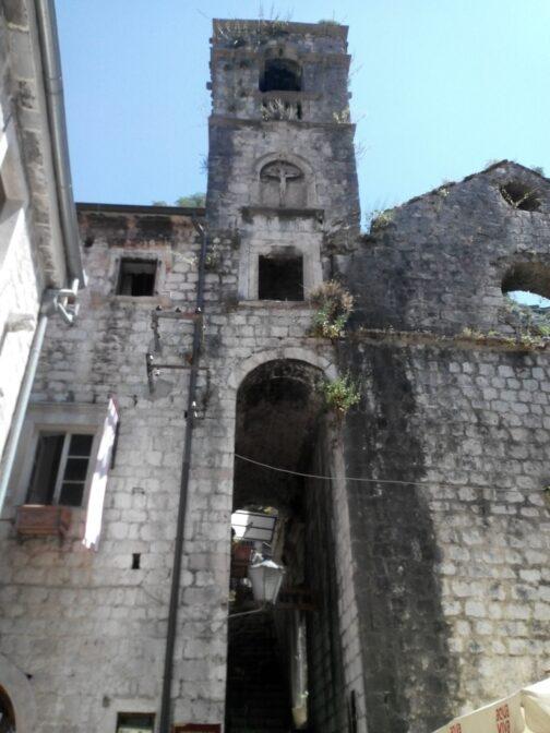 А это развалины старого доминиканского костела-монастыря.
