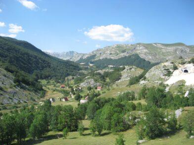 Домики высоко в горах Черногории
