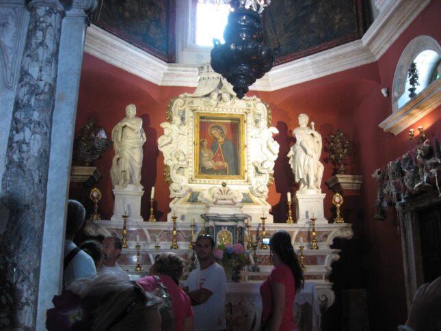 Иконостас церкви Божья Матерь на Скале