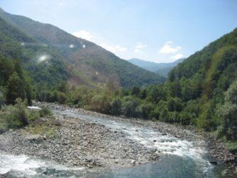Невелика річка в каньйоні Тара