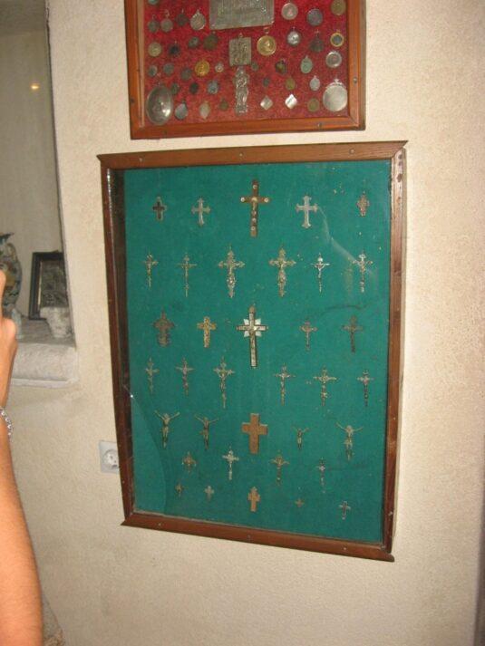 Коллекция христианских крестиков в церкви