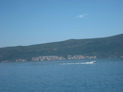Повз неспішно пливучого кораблика постійно проносяться швидкохідні катери.