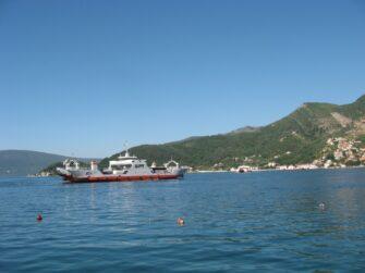 Мимо проплывают самые разные кораблики. От совсем крохотных, до очень больших.