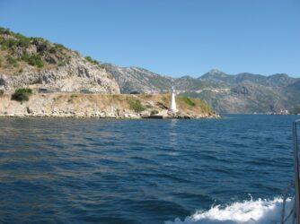 Судно быстро набирает ход и выплывает практически на середину залива.
