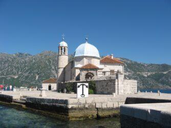 Церква побудована на рукотворному острові, який розширюється щороку. Це національне чорногорський свято.
