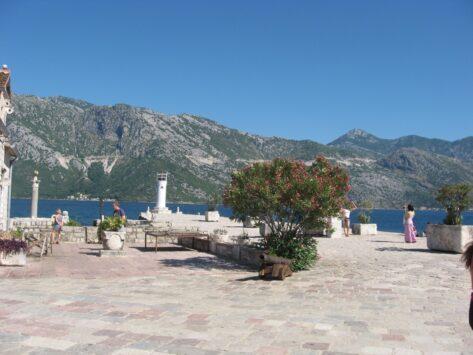 Весь острів вимощений каменем, обладнані зручні лавочки для туристів.