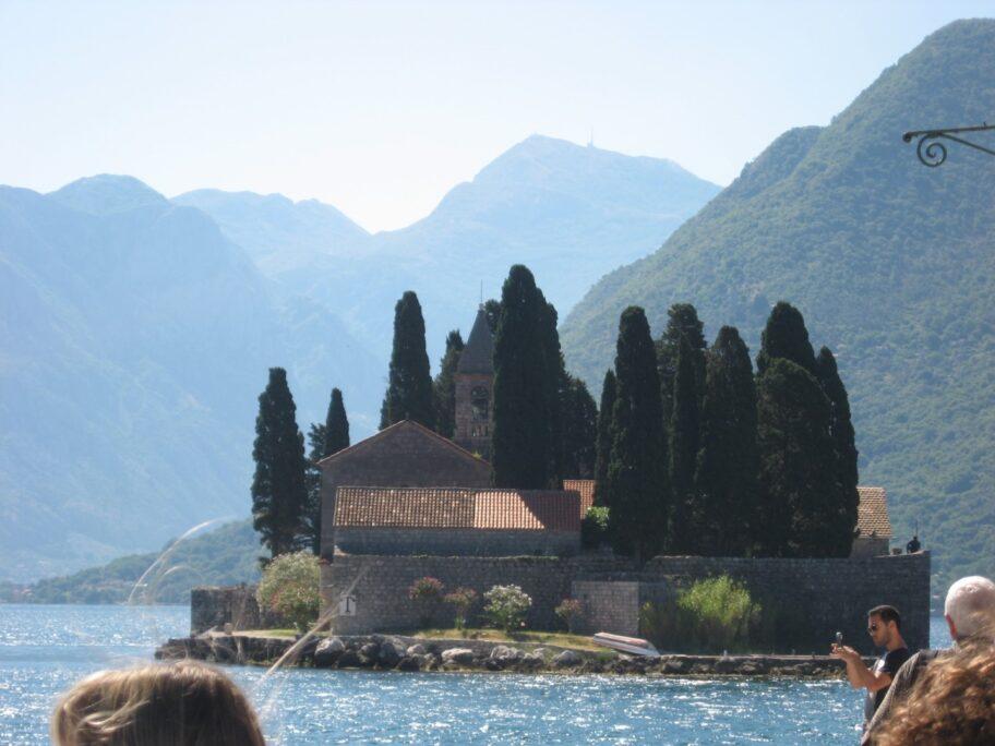 На территорию этого монастыря попасть могут только родственники монахов. Даже местным жителям нет туда дороги.