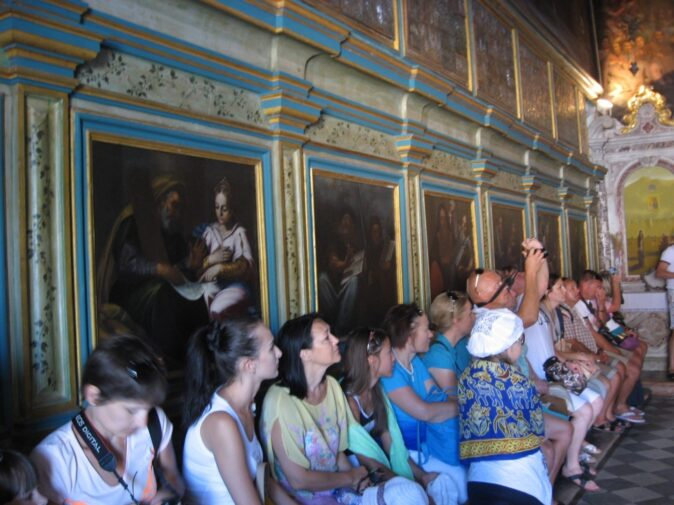 Божья Матерь на Скале внутри церкви
