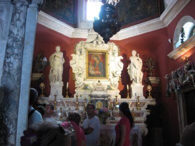 Іконостас виготовлявся з дорогих сортів італійського мармуру.