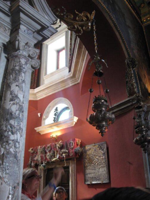 За однією з весільних традицій Чорногорії наречена залишає свій вінок поруч з вівтарем.