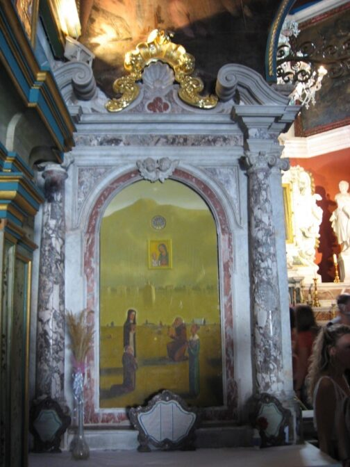 Не дивлячись на те, що церква дуже маленька, вона дуже щедро прикрашена місцевими жителями.