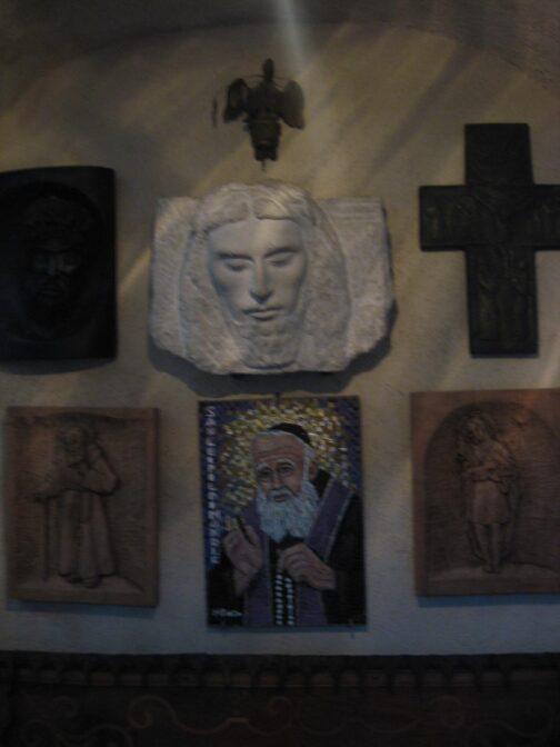 У церкві є невелика колекція ікон.