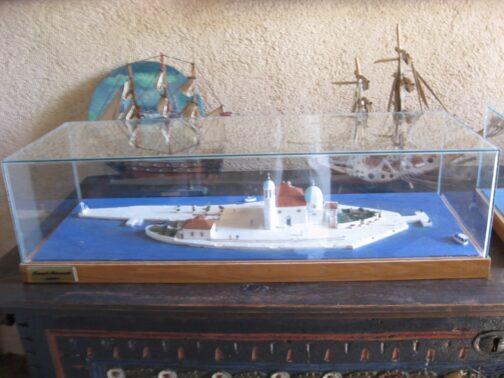 А це модель острова і церкви Діви Марії на Утьосі.