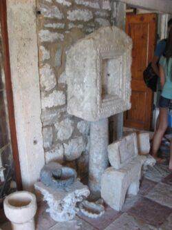 Деякі експонати залишилися ще від стародавніх римлян, які теж залишили свій слід в Боко-Которскій затоці.