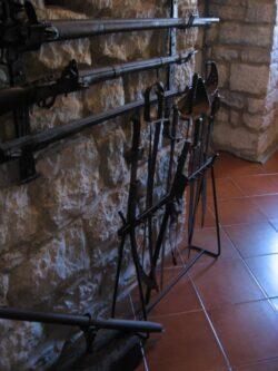 Тут же можна побачити невелику колекцію середньовічної зброї.