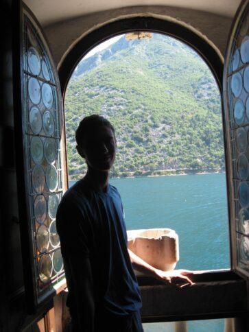 Вікно для фото в церкві Мадонни на рифі