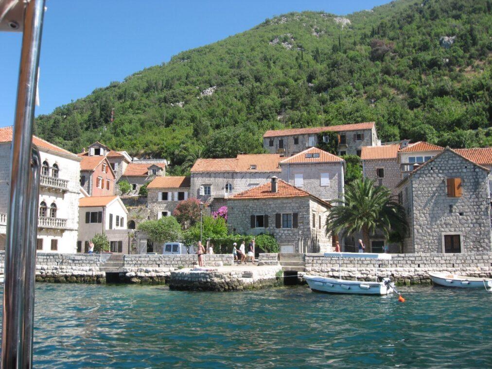 Затишні невеликі будиночки, черепичні дахи, мощені каменем вулички - типова среднеземноморских архітектура.