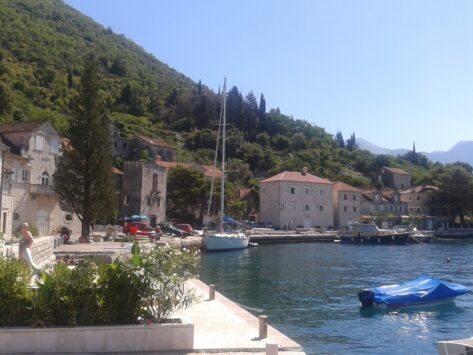Саме містечко дуже тихе і затишне. Тут мало туристів і практично немає місцевих жителів.