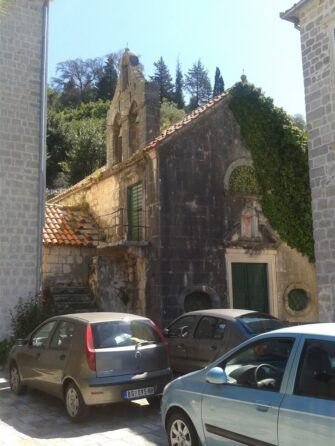Церкву тут можна побачити практично на кожному кроці. І це не рахуючи Госпа од Шкрпела, яка знаходиться буквально поруч.