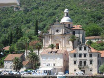 По дорозі до Котору можна помилуватися невеликими містечками з красивими будівлями та церквами