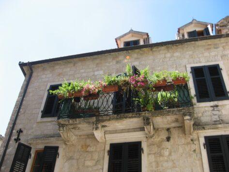 Будинки в Которі дуже красиві, з каменю і зі своєрідними балкончиками.