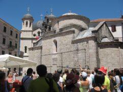 Про ці два церквах на фото є ціла легенда. Дивіться на наступних фото