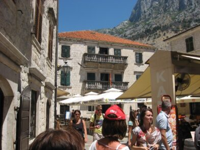 Як бачимо, в Которі типова среднеземноморска архітектура. Камінь і помаранчева черепиця.