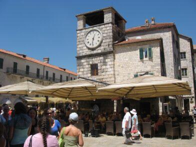 Як і в будь-якому поважаючому себе місті, в Которі на ратуші є свій механічний годинник.