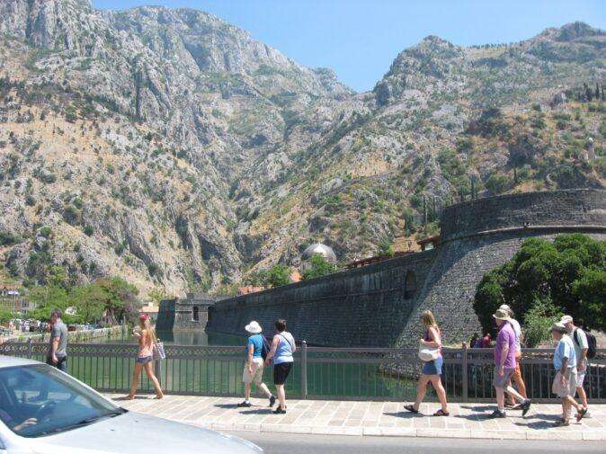 Місто не тільки оточене дуже великою і масивною фортечною стіною. Навколо Котора також проритий рів.