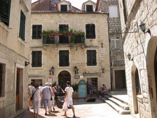 Місцеві жителі так і живуть в ось таких невеликих кам'яних будинках на 3-4 поверхи.