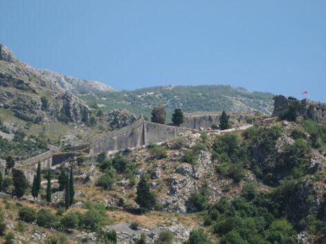 Нагадуємо, що кріпосна стіна Котора дуже протяжна і охоплює не тільки місто але й половину навколишніх гір.