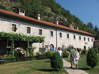 Монастырь Морача за стеной
