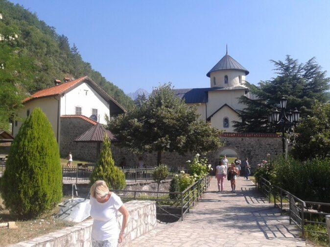 Мощена каменем дорога в монастир Морача