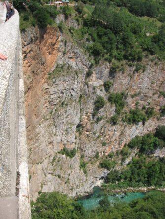 Путь, вымытый рекой Тара в скале