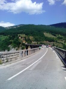 Автомобильная дорога на мосту