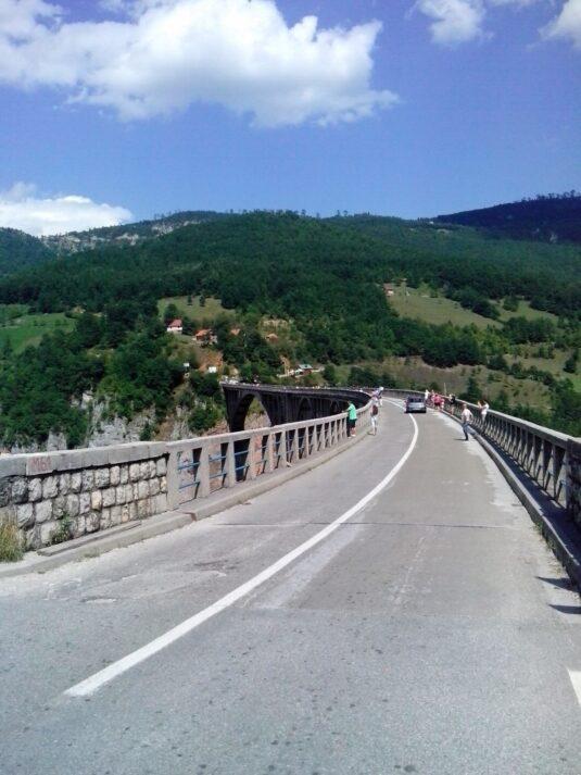 Автомобільна дорога на мосту