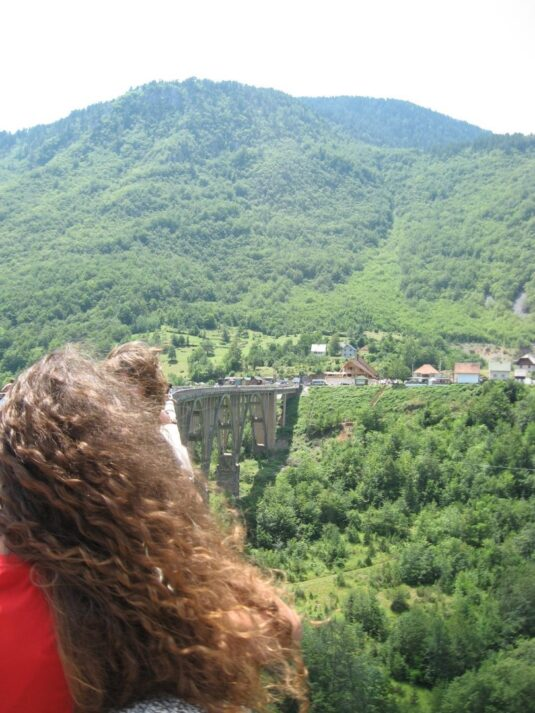 Горы вокруг моста Джурджевича в каньоне Тара