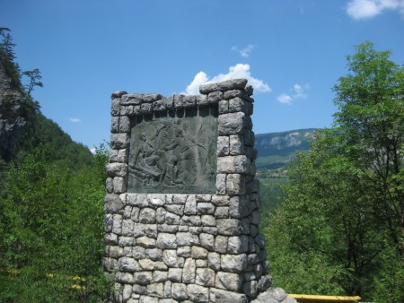 Пам'ятник Лазарю Яукович - інженеру моста