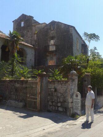 Зруйнований будинок в Перасті