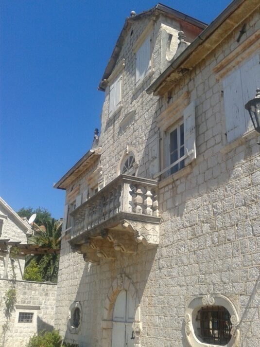 Балкон в Перасті, де знімали Казино Рояль