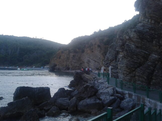 Стежка на пляжі Могрен з Будви