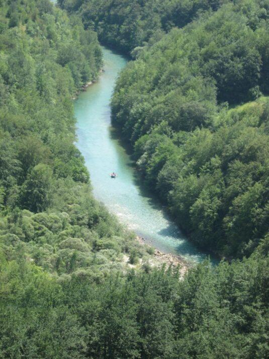 Рафтинг на лодке по реке Тара
