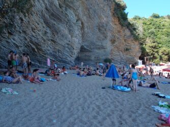 Скалы вокруг пляжа Могрен