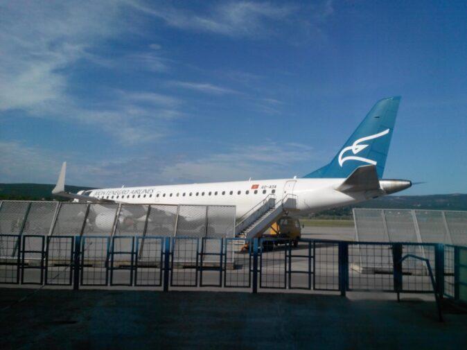 Літак в аеропорту Тіват
