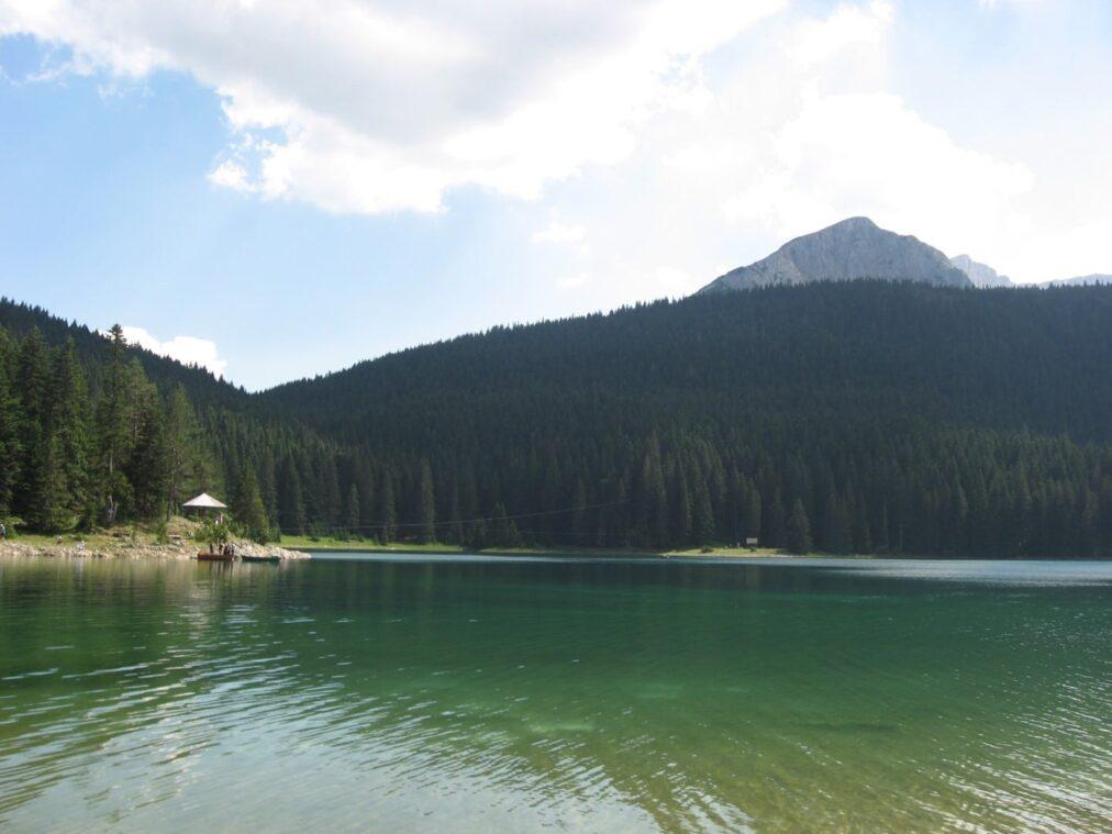 Лодка в Черногории на озере