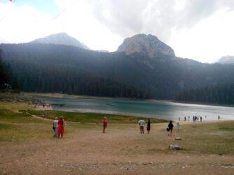 Туристы у Черного озера в парке Дурмитор
